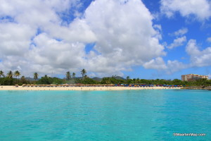 A stop in front of Mullet Bay Beach, amazing! The water is like crystal! Let's jump in the water with the trapezium!